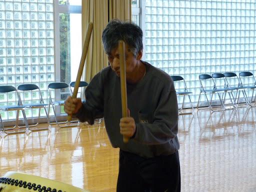 太鼓の練習をする信治さん