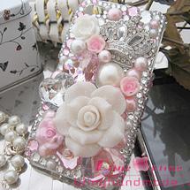 Celular prata com rosa coroa e pérolas