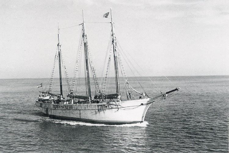 El pailebot PEPITA MATUTES en navegación con las marcas de neutralidad. Ca. 1940. Foto del libro La valencia Maritima. Tomo II.jpg