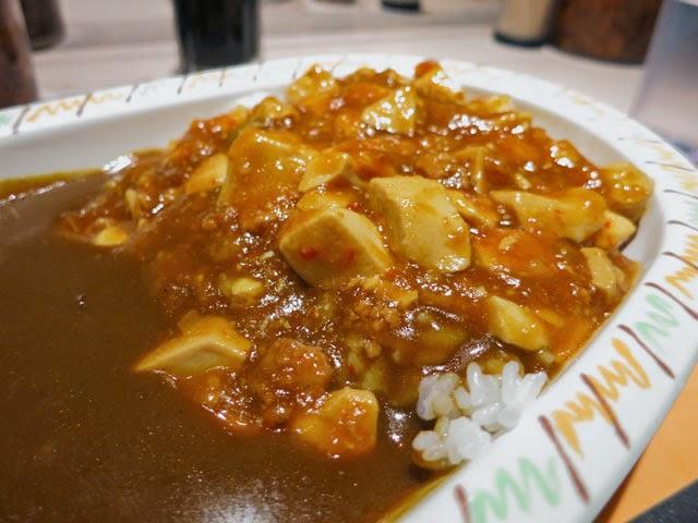 カレーの上からたっぷりかけられた麻婆豆腐