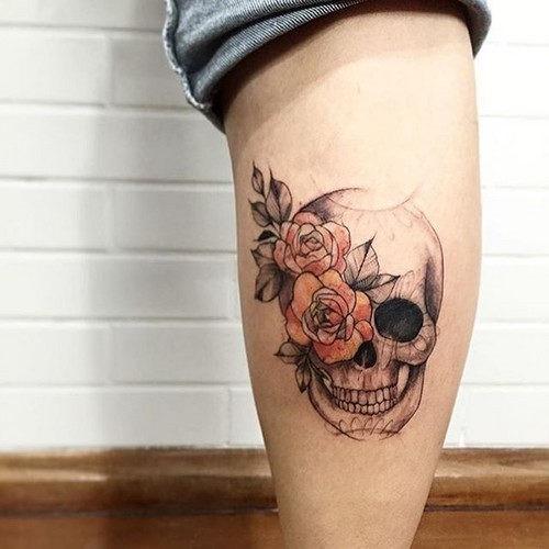 esta_bonita_rosa_e_o_crnio_de_tatuagem
