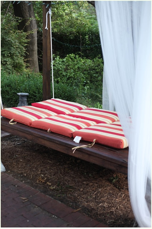 diy-outdoor-swinging-bed_048
