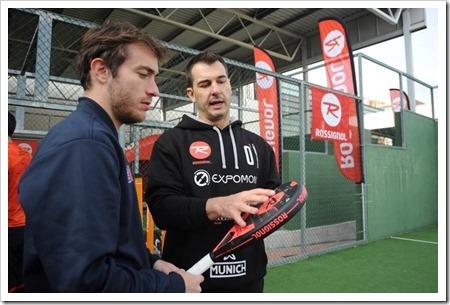 El entrenador Pablo Aymà, explicando las novedades de las palas a los periodistas.
