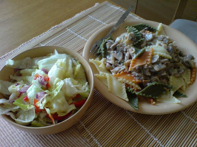Makaron z sosem pieczarkowym i sałata