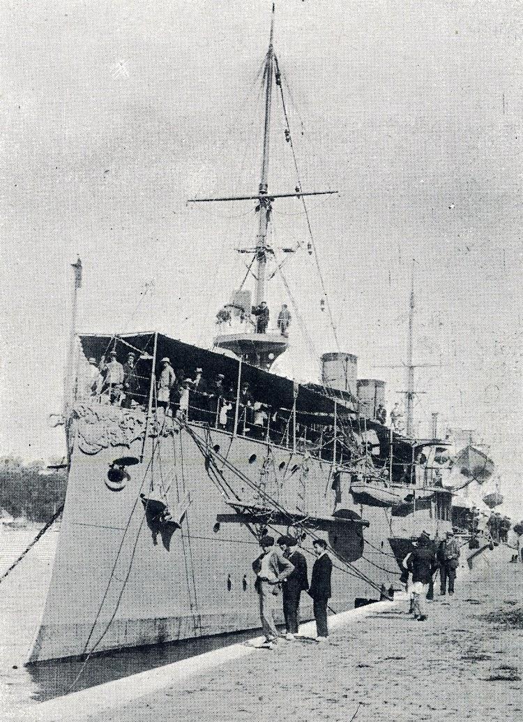 En esta foto se aprecia la común decoración de las proas de los buques de combate. Herencia decimonónica que se perdió tras la Gran Guerra. De la revista La Vida Marítima, Agosto de 1905.JPG
