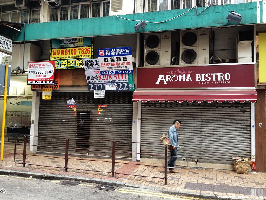 曾賣$19早餐的餐廳(右)與結業的 7-11 便利店(左)