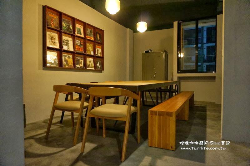 煙燻咖啡館的木桌很有質感