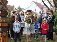 14 - Az alapiskola igazgatónője Varga Mária és a tanulók.JPG