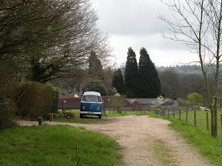 Синий миниавтобус на ферме