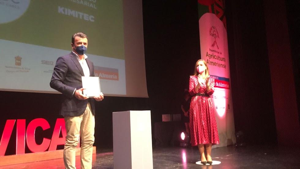 El Premio al Compromiso Empresarial recae en la empresa Kimitec. Recoge Antonio Domene Carmona.