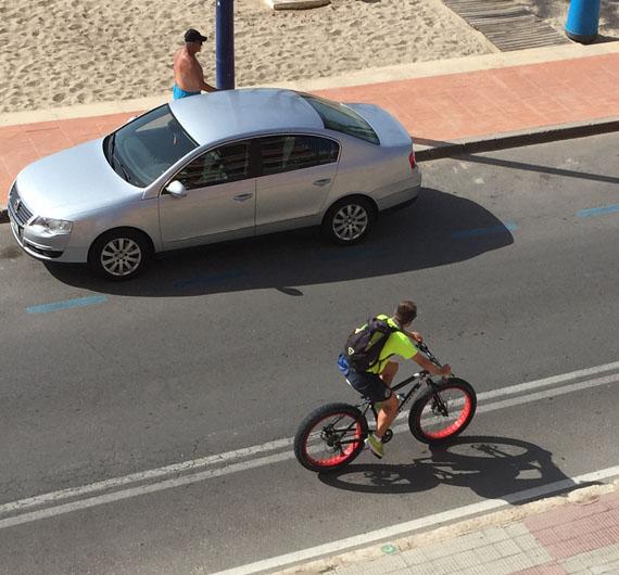 Vigilante de la playa con una fat bike en Benidorm