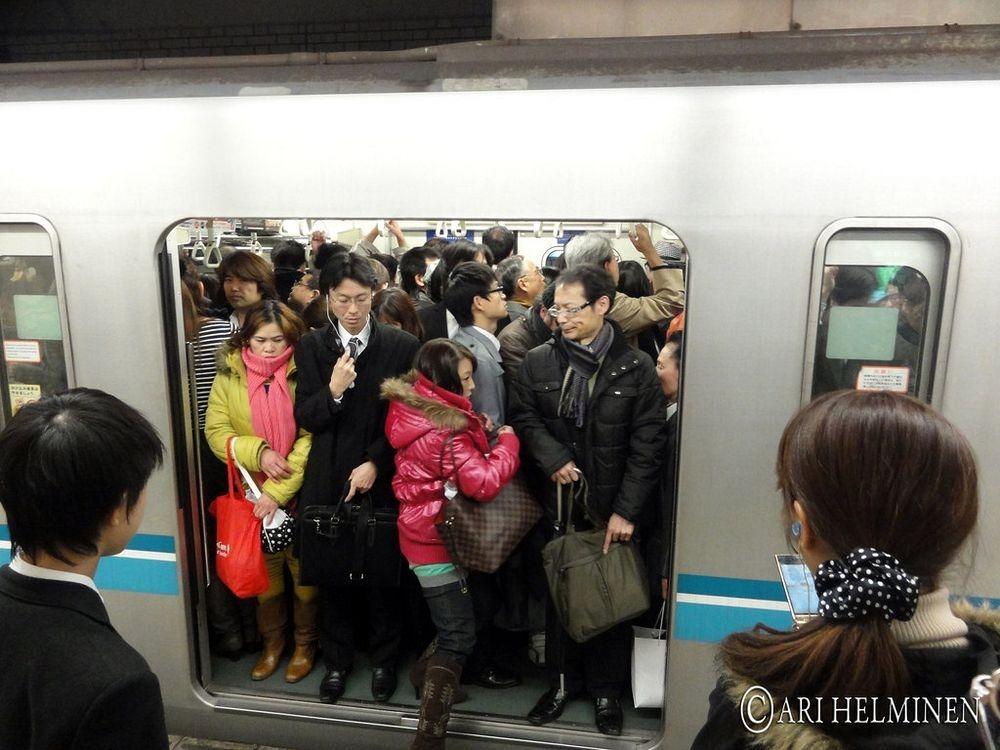 tokyo-subway-pushers-2