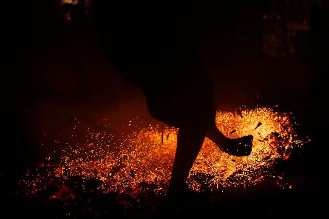 Un bailarín golpeando cocos en llamas durante la danza kechak