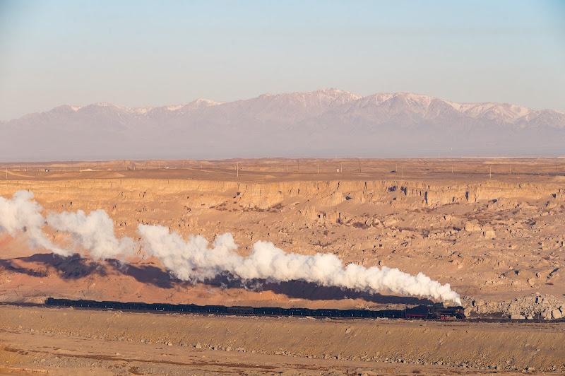 200104 赤い天山山脈と露天鉱の蒸機
