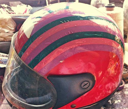 Customização de capacete com fita adesiva