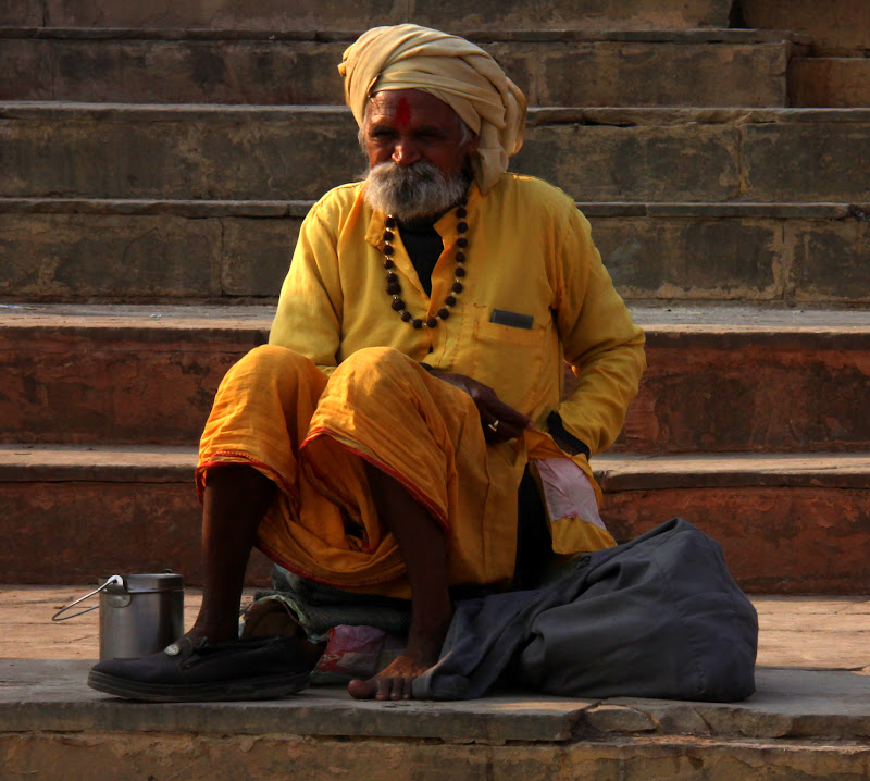 #Varanasighats #Varanasistreetphotography #Varanasiholyman #Varanasitravelblog #travelbloggersindia