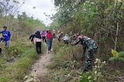 Akses ke Sawah Sulit, Babinsa Bersama Warga Bangun Jalan Usaha Tani