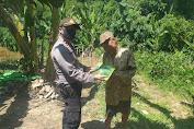 Kapolsek Kuala Behe Berikan Bibit Jagung Kepada Petani