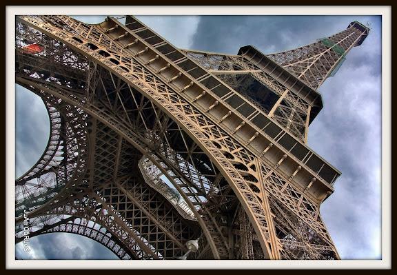 Montaje de elementos: Paisano, gallo francés y bandera europea