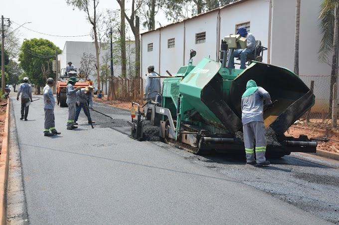 Trecho da rua Jose Pedi, única de terra no bairro Colinas, recebe pavimentação asfáltica