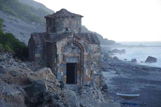 L'église Saint-Paul… bizarrement placée sur une plage bizarre elle aussi.