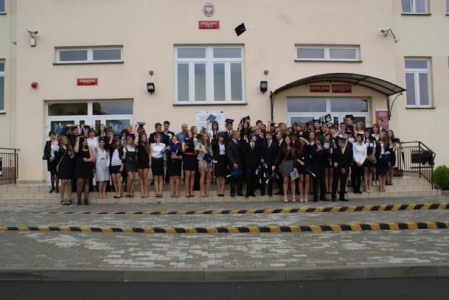 Zakończenie Gimnazjum przed budynkiem bis - DSC08129_1.JPG