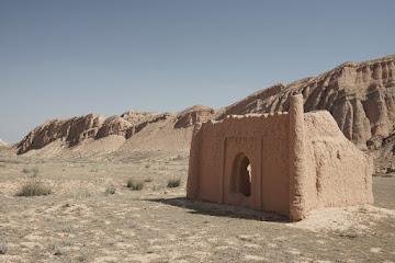 Reste alter Lehmbauten südlich von Terek