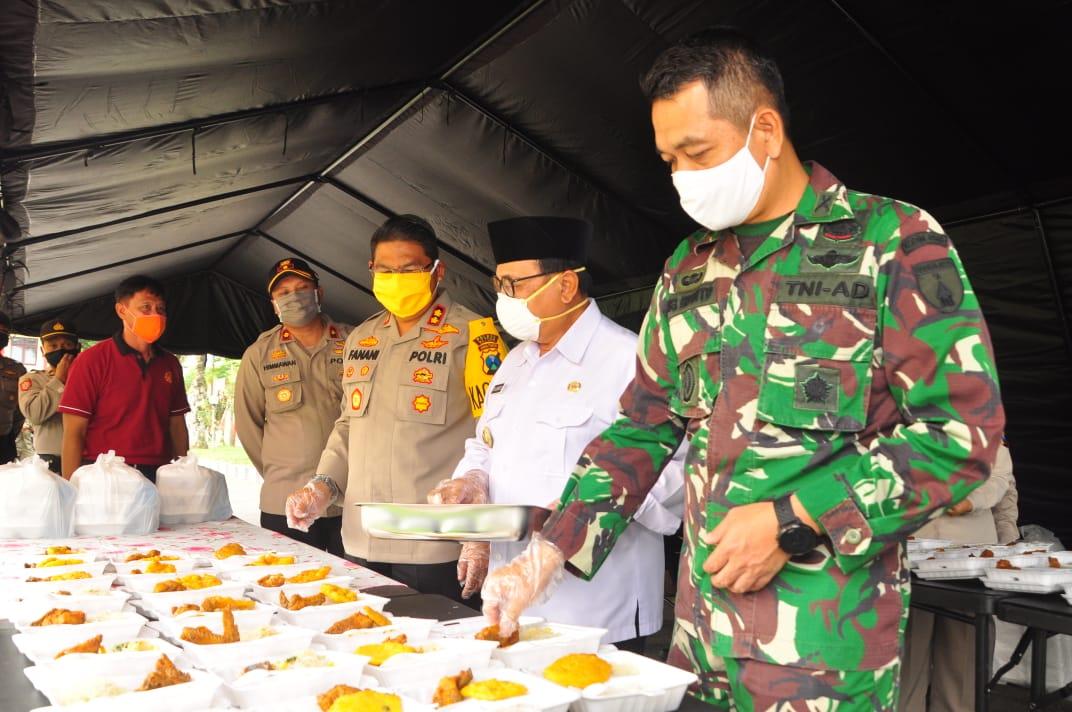 Tinjau Dapur Umum TNI-POLRI, Dandim 0808/Blitar Semoga Dapat Meringankan Beban Masyarakat Terdampak Covid-19
