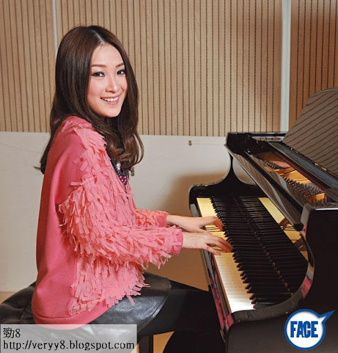 擁有 5級鋼琴資格的 Sita,入行前曾在朗豪坊、海港城等商場唱歌,所以自信比其他新人淡定。