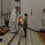Dh. Jola Tabin z 54 DH przekazuje BŚP ks. Andrzejowi Szkole, proboszczowi parafii Chrystusa króla.jpg