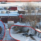 Член ГСК-112 вывалил к ручью кучу хлама. Его гараж отмечен крестом.