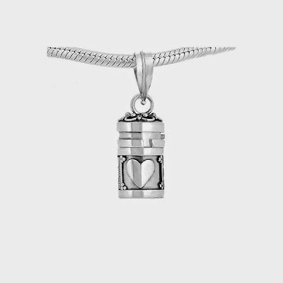 Chest of desires is a pendant crafted in silver 950 fashionte on the back is written a secret no one can read what is in the box of desires aloadofball Choice Image