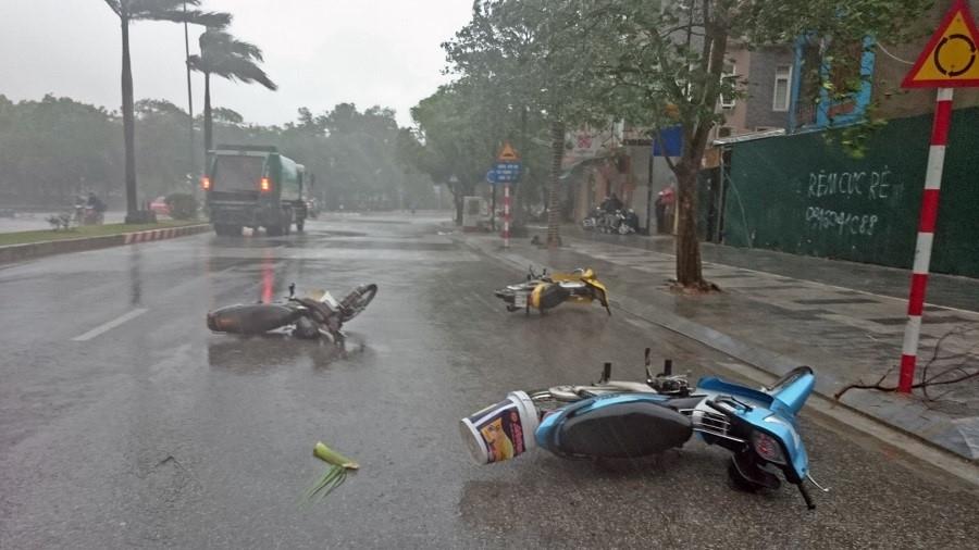 Hà Nội mưa bão nhiều xe đổ