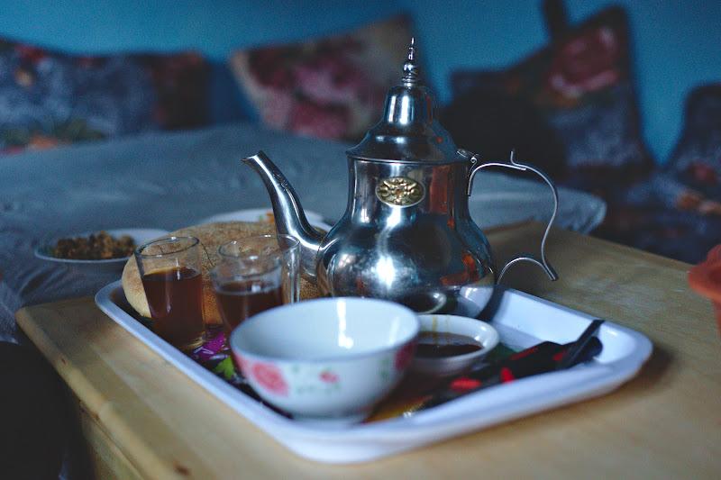 Micul dejun, cu paine proaspata, miere, ulei de masline si ceai din belsug.