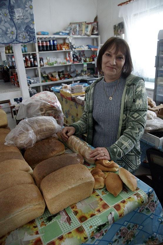 Продавец магазина Покровского сельпо Валентина Бобровская отпускает покупателям свежий хлеб