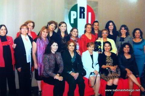 Diputada Martha de los Santos con damas priístas