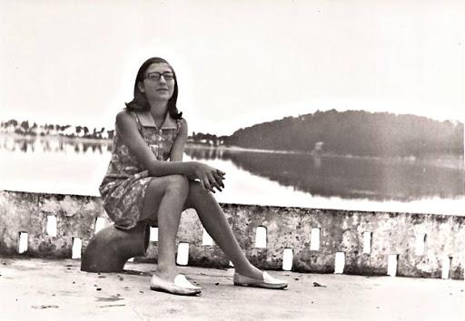 Eva sentada,  en la playa de la Ramayosa, (Pontevedra)