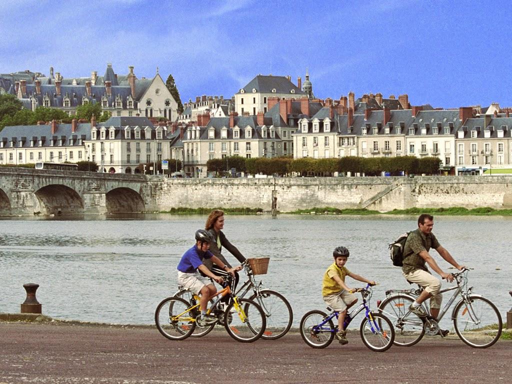 (1)famille-balade-velo-Blois©E.MangeatCRT-Centre-Val-de-Loire