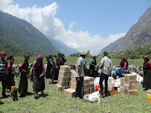 2300 rodin ve vysokohorských vesnicích dostalo vlnité plechy na vybudování provizorního přístřeší. (Foto: Archiv ČvT)