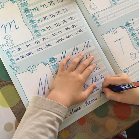 Kind lernt Schreibschrift