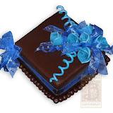 56. kép: Ünnepi torták - Csokitorta kék masnival és rózsákkal