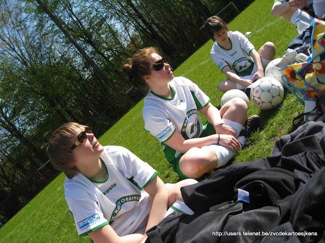 Albatros-17april2010 - vrouwenvoetbal_Albatros_dames_aan_het_zonnen.jpg