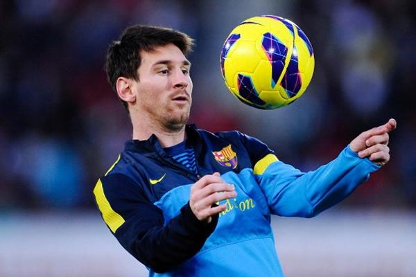 Messi pateando a paneles