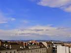 In #Niederösterreich hat sich ein erstes Gewitter gebildet, auch gut sichtbar von Wien aus. Die Temperatur ist inzwischen von 25.3°C wieder etwas gesunken. Der Westwind macht sich bereits mit Böen um die knapp 25 km/h bemerkbar. #Wetter  #Wien  #Kaltfront #Gewitter