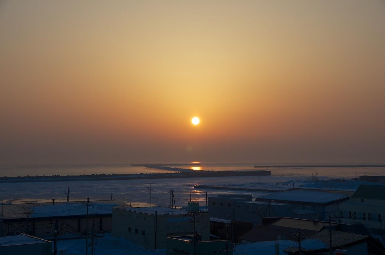 オホーツク海に昇る朝陽