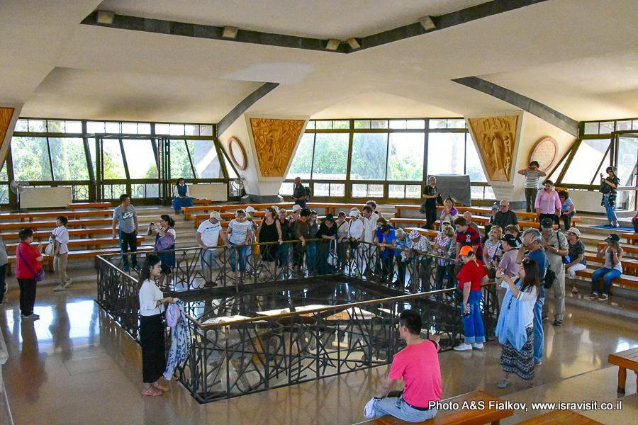 В церкви Дом Петра в Капернауме. Гид в Израиле Светлана Фиалкова.