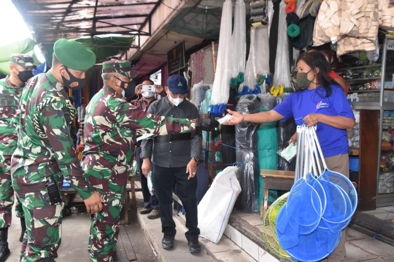 Pangdam VI/MLW dan Kapolda Kunjungi Pasar Pagi Samarinda Berikan Masker Gratis