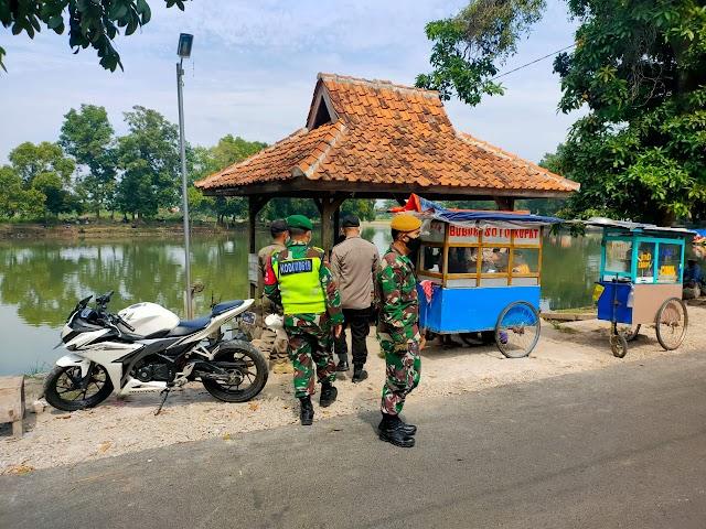Koramil 04/CPK Kodim 0619/PWK Bersama Petugas Patroli PPKM Darurat Himbau Masyarakat Dan Pelaku Usaha Di Area Wisata