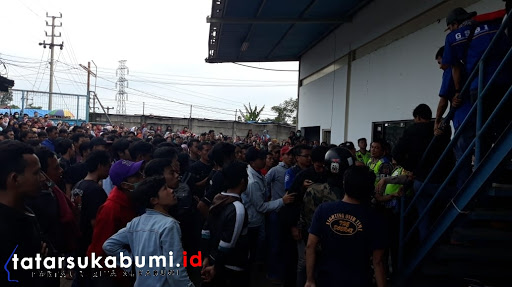Buruh duduki Perusahaan PT Sentosa Utama Garmindo Cicurug tagih pembayaran Gaji // Foto : Isep Panji
