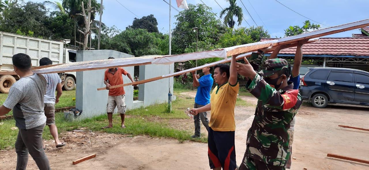 Babinsa Loleng dan Relawan Bangun Gapura Posko Covid - 19
